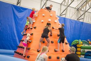 I leklandet klättrade gladiatorn Kitsune tillsammans med barnen.