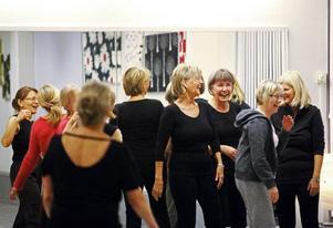 Kul med dans. Rytmik-kurserna har också plats för skratt, kvinnor över 50 är målgruppen hos dansledaren Barbro Nilsson (med ryggen mot kameran).
