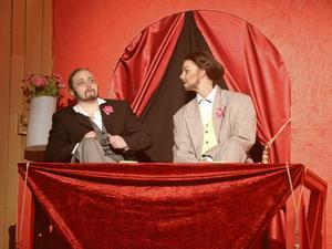 Vip. I vip-logen satt två herrar som hade många kommentarer om cirkusföreställningen.
