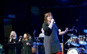"""Stina-Kari Axelsson, med vänner, framförde flera låtar under julkonserten """"På andra sidan gärdsgården"""". Foto: Claes Söderberg/DT"""