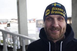 Andreas Bergwall utanför de svenska VM-spelarnas hotell i Uljanovsk.