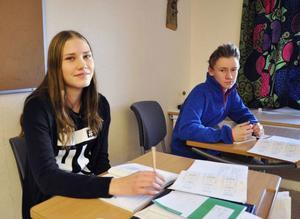 Elin Holmberg i årskurs 9 vid Hansåkersskolan här tillsammans med Simon Bergström är positiv till förslaget att elever som inte klarar gymnasiebehörighet ska gå ett elfte år.
