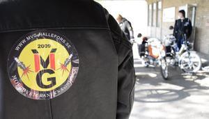 MVG-jackan på. Samling under taket vid Folkets hus vid torget. Mopeden fyller 60 år. Det ska firas i Hällefors.