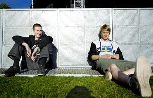 Solade. Adam och Erik från Kumla väntar på första bandet.BILD: KICKI NILSSON