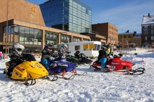 Starten går för ett av de många snösprutande heat som körde runt Stortorget på lördagen. 28 barn deltog i tävlingen.