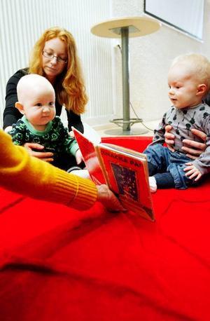 """Milo Palm till vänster med sin mamma Åsa och Sigge Redin gillar """"Knacka på"""" av Anna-Clara Tidholm.Foto: Henrik Flygare"""