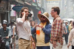 """Bradley Cooper, Zach Galifianakis och Ed Helms är tillbaka i """"dagen efter""""-dimman i """"Baksmällan del 2""""."""