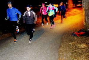 Göran Svensk och Vicky Engvall tar täten uppför backen. De följs av Johanna Hamberg, Ebba Hägglund och Erika Nordenström.