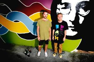 Gatukonstnärer. Markus Olofsson och Olliver Ahl är två av konstnärerna bakom planket vid Rudbecksgatan. Förutom John Lennons ansikte är målningarna på konstplanket gjorda på fri hand.