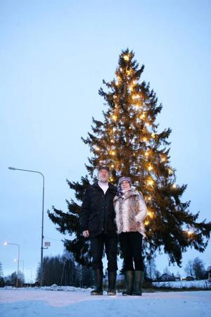 Rune Lindström och Brigitte Ahrlin värnar om den gamla adventsgranen vid gamla E75.