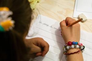 Skriver. Ett av ministeriets mål är att inspirera barnen att vilja uttrycka sig och upptäcka sitt eget språk.