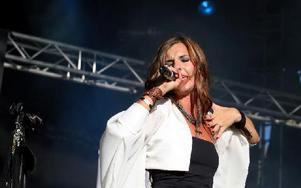 Sofia Ingemarson i Zia var en av de första på festivalen. Bandets ljusshow kom dessvärre inte till sin rätt i det starka solskenet. Foto: Jennie-Lie Kjörnsberg
