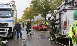 En lastbil och en personbil krockade på Upplandsleden vid lunchtid i dag.