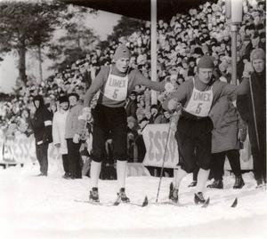 Janne Halvarsson skickar iväg Ragnar Persson vid stafett SM 1965 i Lycksele.