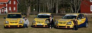 Racingteam. Markus Fluch, Tommie Lööf och Simon Reinberth vid sina bilar i samband med samlingen i Björbo.