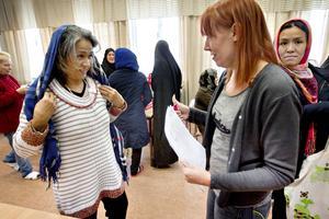 Zahra Grbani visar upp tröjan hon ändrat för Linda Lundberg från ABF.