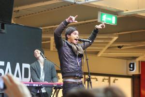 Medryckande. Eric Saade fick med sig publiken på Valbo köpcentrum i går.