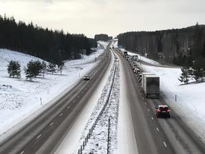Olyckan orsakade köer på E16 i riktning mot Borlänge.