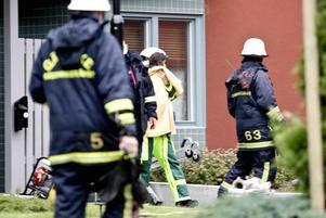 TILL SJUKHUS. Flera barn fick föras till sjukhus efter en brand i en lägenhet på Öster i Gävle på lördagseftermiddagen.