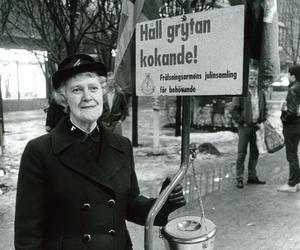 Christina Sandberg stod många år framför Åhléns i Södertälje och höll grytan kokande. Arkivfoto: Anders Andersson