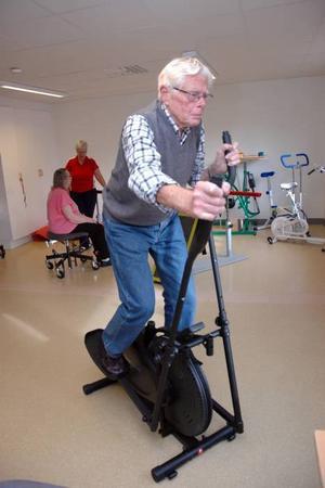 Kondis. Hilding Gustafsson kör intensivt i maskinen i tre minuter. Övningen tränar upp konditionen för 89-åringen från Edvalla.