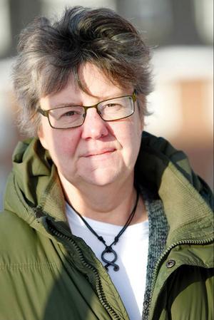 Christina Kjellsson återvänder alltid till Handsjöbyn, men aldrig för gott.