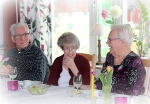 Åke Frånlund, Anna Jonsson och Margit Andersson trivdes under middagen.