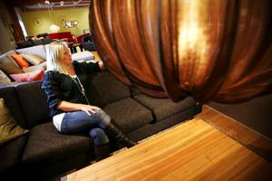 Maria Molund jobbar som möbelsäljare på Mio i Torvalla. Hon berättar att höst ofta innebär lite dovare färger på möbler och tyger.– Plommon, orange och mycket blått är det som gäller i höst, säger hon. Även möbler som ser lite slitna ut eller är gjorda av återvunnet material efterfrågas. – Det är fortfarande en del shabby chic som gäller. Det ska vara avskalat, säger Maria.Byggbara soffor och efterfrågan på måttbeställda varor är också stort. Miljömedvetandet hos möbelkunderna ökar också. – Natur överlag är populärt, vi vill ta in den i hemmen. Jag tror att det hänger ihop med miljötänket, säger Maria.