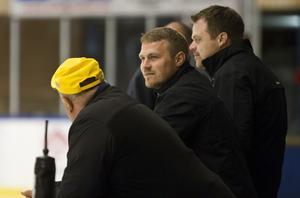 Peter Bergström lyfts tillsammans med Uffe Hedberg fram av Keijo Jokiniemi.