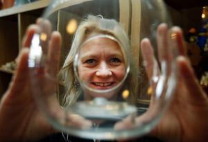 Keramik och glasprydnader är eftertraktade i utlandet. Marie Persson visar en glasskål som ska läggas ut på nätet.