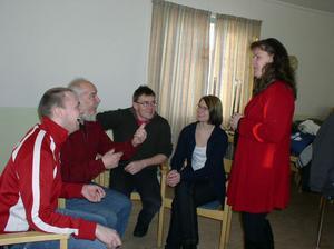 Vid upptaktsträffen hälsade ordföranden Jeanette Östberg, stående längst till höger,  nya skådespelare välkomna till Messmörsteatern. Från vänster Magnus Johansson, Färila, Lennart Thunvall, Färila, Dick Persson, Vallsta, Jenny Apelgren, Järvsö. Saknas på bilden gör nye skådespelaren Niclas Nygren, Järvsö, som var förhindrad att delta.