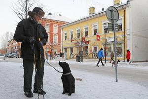 Gunnar Källberg är rädd om sin Tiara. Därför ska hon få blinkande reflexer i julklapp, så att hon syns även när de är ute på promenad i vintermörkret.