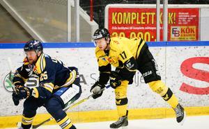 Christopher Fish och hans VIK Hockey har plockat sina poäng på bortaplan i kvalserien.