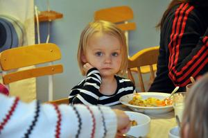 LUNCH. Mira, 2 år, mitt i maten.