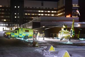 Fastnade med benen i sandspridare i Östavall. Fick flygas med ambulanshelikopter till Sundsvalls sjukhus.