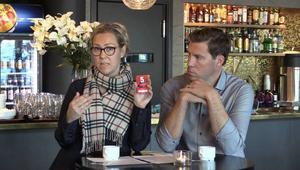 Charlotte Gustavsson visar ett nytt koncept gällande säsongskort som Modo Hockey hoppas mycket på.