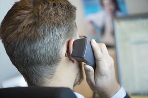 STOCKHOLM 20131003På kontoret. En man pratar i telefonen på sin arbetsplats. Foto: Fredrik Sandberg / TT / Kod 10180