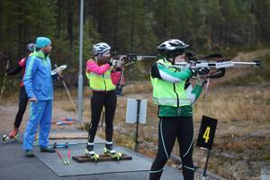 Erik Albinder ger tips till Kristina Åkerblom-Andersson och Johanna Arwidsson-Lif om hur det ska bli lättare att träffa i stående skytte.