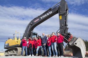 Funktionärer från Friskis & Svettis har samlats på plats med byggherre Jon Larsgården för att inviga bygget med ett första spadtag.