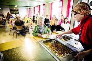 Kristina Westerberg serverar eleverna på Malsta fisk och potatis.