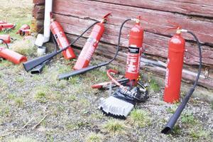 Ett serviceavtal för en brandsläckare kan kosta 500 kronor i månaden för privatpersoner, om de skriver under dörrförsäljarnas avtal.