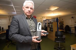 Göran Hoffman med en transportabel videoutrustning, med kamera, mikrofon och högtalare, som man kan ansluta till datorn när man skypar. För att få upp bilden på en skärm behövs också en projektor.