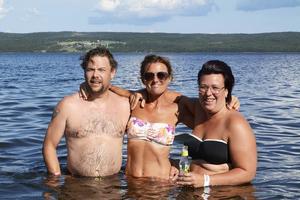 Andreas Tengström, Johanna Gärdin och Jenny Olofsson från Offerdal svalkade av sig i den ovanligt varma Kallsjön.