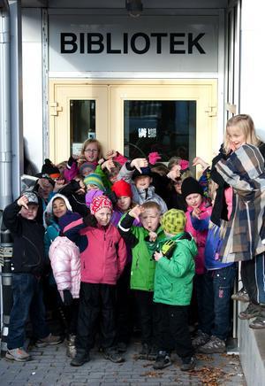 Elever från förskoleklass upp till årskurs två på Domnarvets skola vill ha kvar sitt bibliotek.