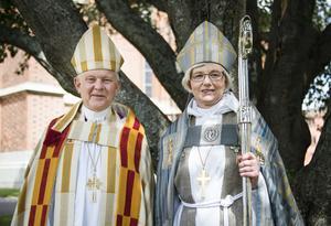 Svenska kyrkans ärkebiskop Antje Jackelén tillsammans med sin företrädare Anders Wejryd vid hennes tillträde 2014. Nu blir Wejryd vikarie vid dopfunten åt sin efterträdare.