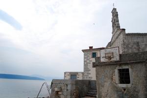 Världens vackrast belägna basketkorg finns på ön Krk i norra Kroatien. De grå stenhusen finns överallt i detta konsonanternas kustland som heter Hrvatska på kroatiska. Foto:Johanna Lundin