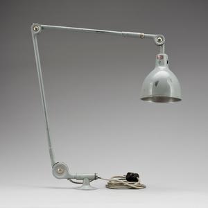 Riktiga industrilampar är ju roligare egentligen. Men dyrare. Och så ska man dra ny el.... Den här såldes på Bukowskis Market. Utropspriset var 2000 kronor.