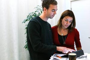 Riksdagsledamöterna Kalle Olsson (S) och Anna-Caren Sätherberg (S) är nöjda med budgeten.