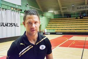 Tomas Stenlund vill att hans lag ska spela offensiv innebandy, och har spelarna för det i Kais Mora.