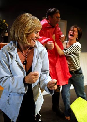 I slutet svajar de konventioner som bygger upp den invanda livsstilen betänkligt, och när vännerna börjar prata med varandra på riktigt sker ett och annat sidbyte. Pernilla (Gisela Nilsson), Robert (Iso Porovic) och Jenny (Lena Carlsson).